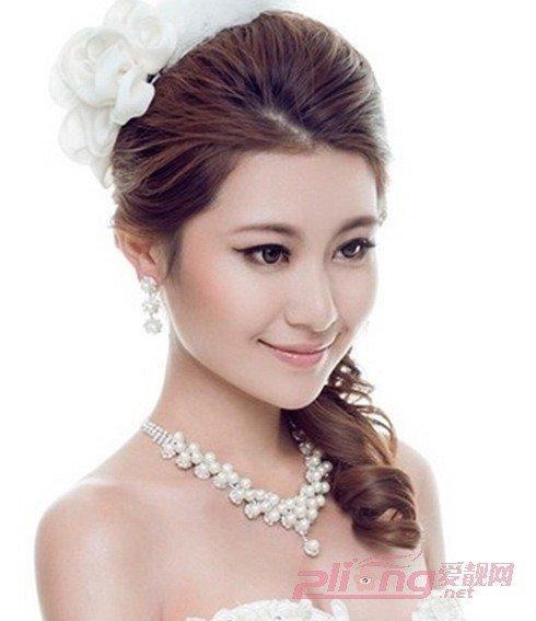 今年里十分气质高贵的一款新娘发型,清爽而蓬松的盘发发型,简单别上图片